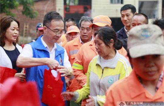 新华保险公益捐赠活动图片