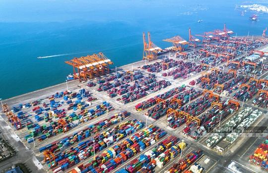 气势恢宏的广西钦州保税港集装箱码头作业区