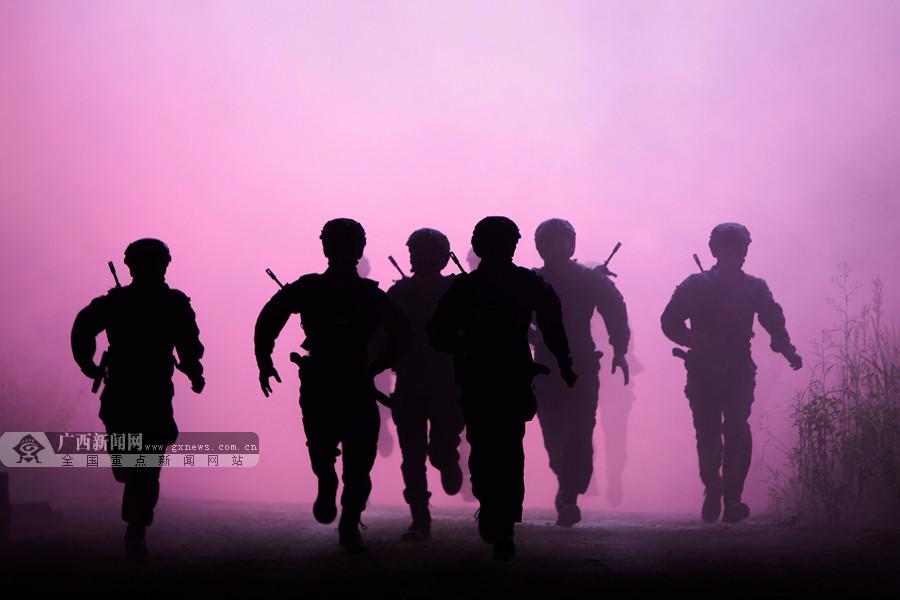 大片来袭!武警特战队员野外极限训练锤炼实战能力