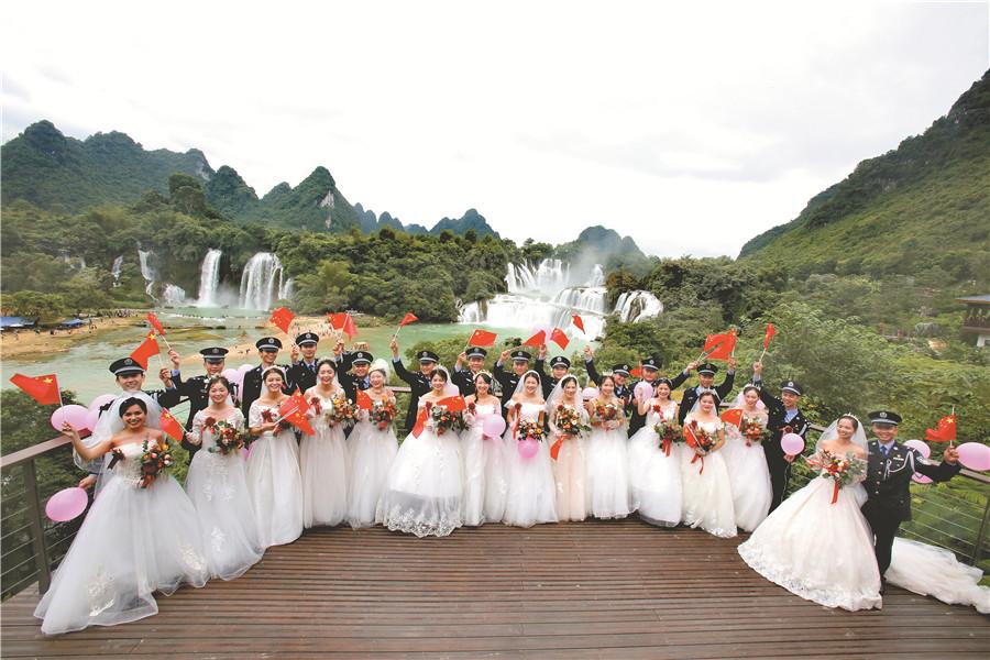 10月12日焦点图:跨国瀑布旁的最美集体婚礼