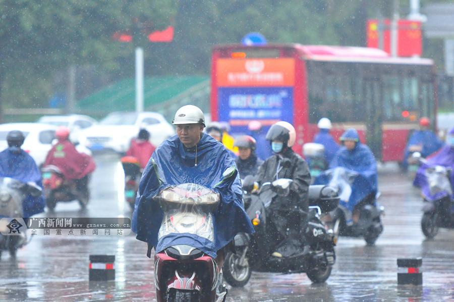 """高清:台风""""浪卡""""携雨袭邕城 市民出行别忘带雨具"""