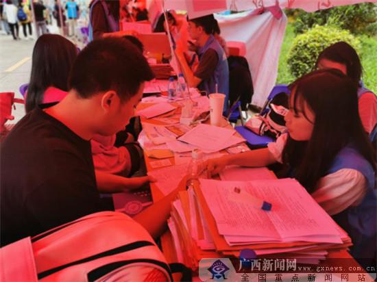 广西水利电力学院新生正式报到 首日3900名新生到校