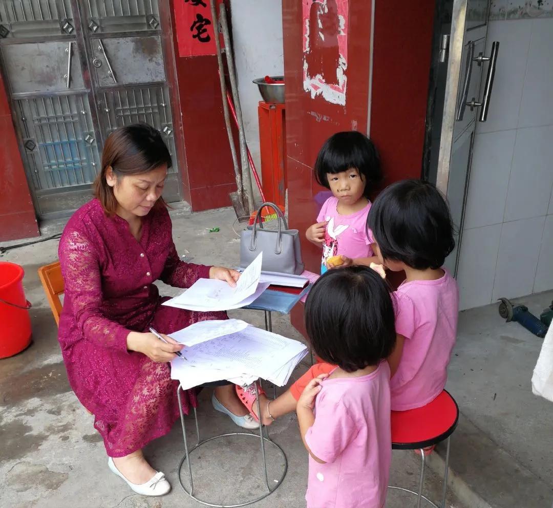 三年前一名叫钟霞的医保人走进梁家狭小的屋门,她就把自己的命运和这户贫困家庭的命运紧紧联系在了一起。