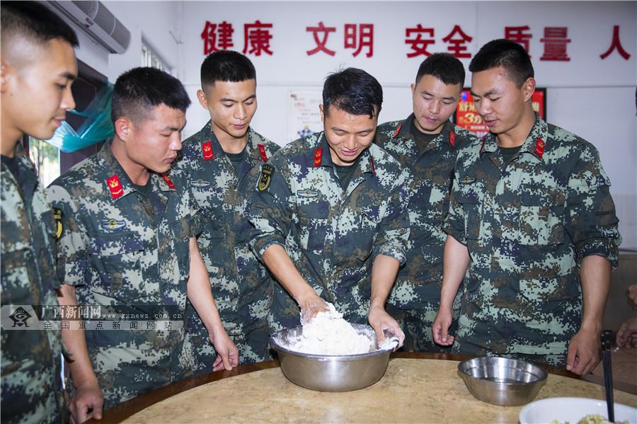 武警百色支队:立冬寒风至 水饺暖兵心(组图)
