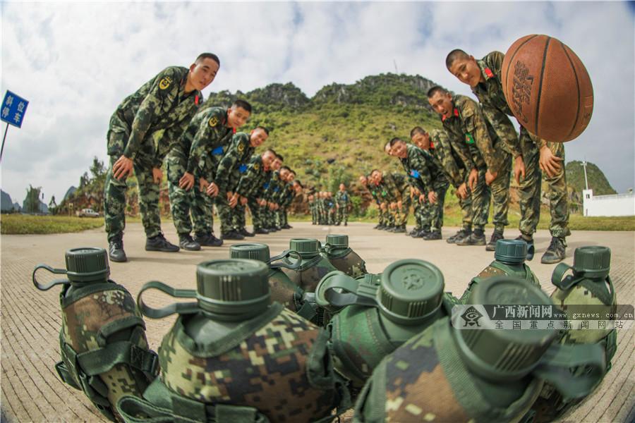 广西武警:巧借趣味游戏催生新兵战斗力(组图)