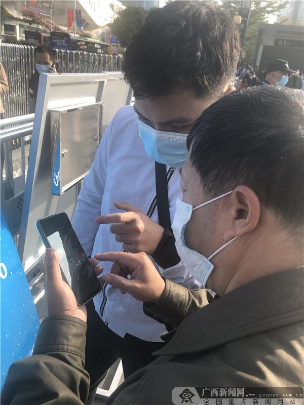 """东博会迎来公众开放日  市民购物小推车来""""装""""货"""