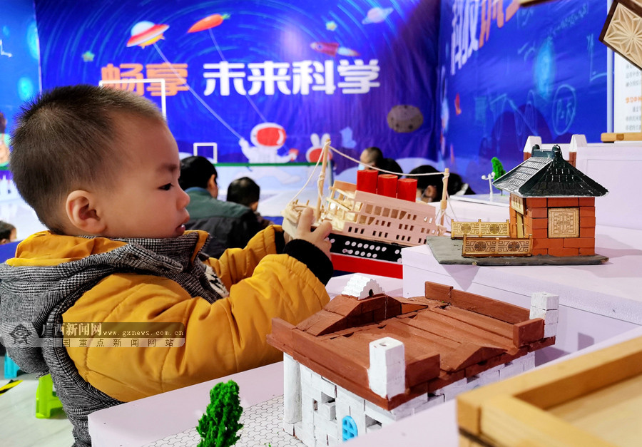 """河池:两百多名孩子在科学世界里""""嗨""""翻天(图)"""