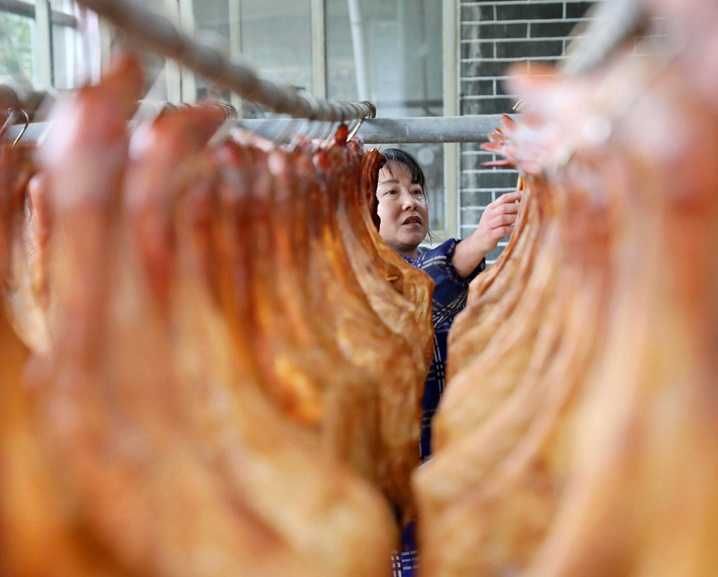 高清:腊味飘香 广西三江村民赶制传统腊味