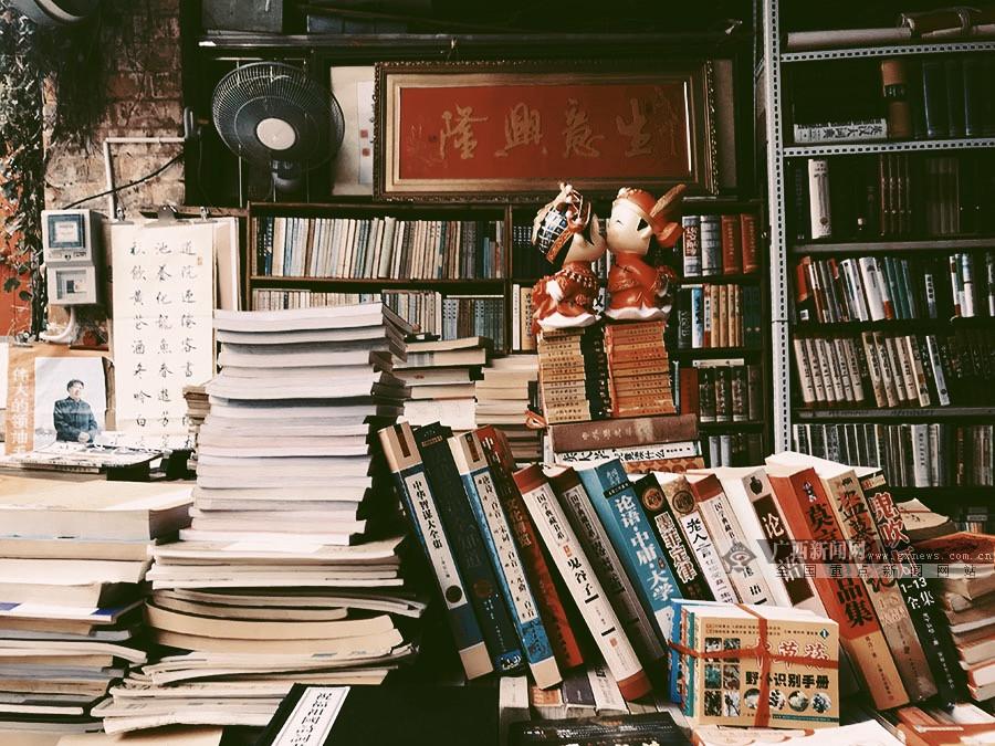 高清图集:在南宁的二手书店里,藏着一段旧时光