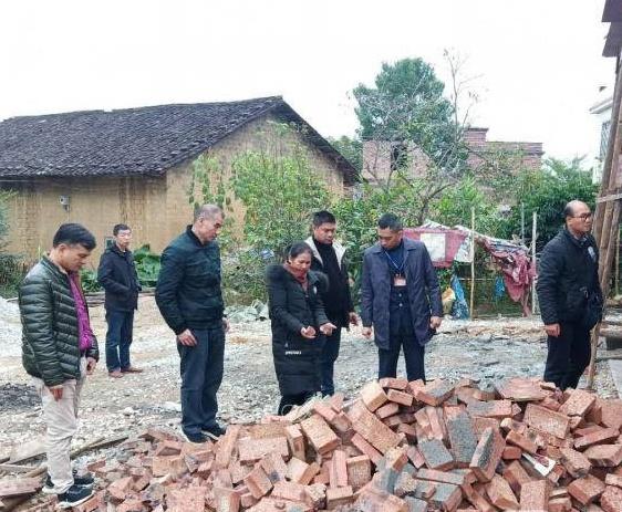 """买来建房的红砖一掰就碎 广西数十人买到""""豆腐砖"""""""