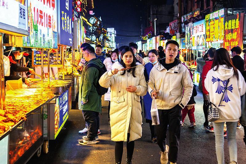 高清圖集:元旦三天假期南寧街市人潮涌 元旦消費旺