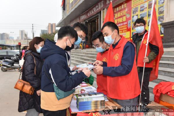 """工作人员对旅客进行""""扫黄打非""""知识宣传。广西新闻网通讯员 黄振隆 摄"""