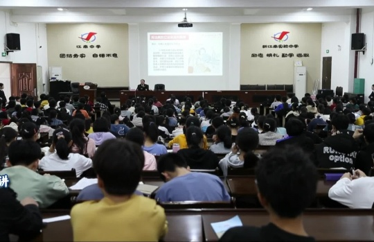 贵港市检察院梁贻勇检察长为江南中学学生讲《民法典》