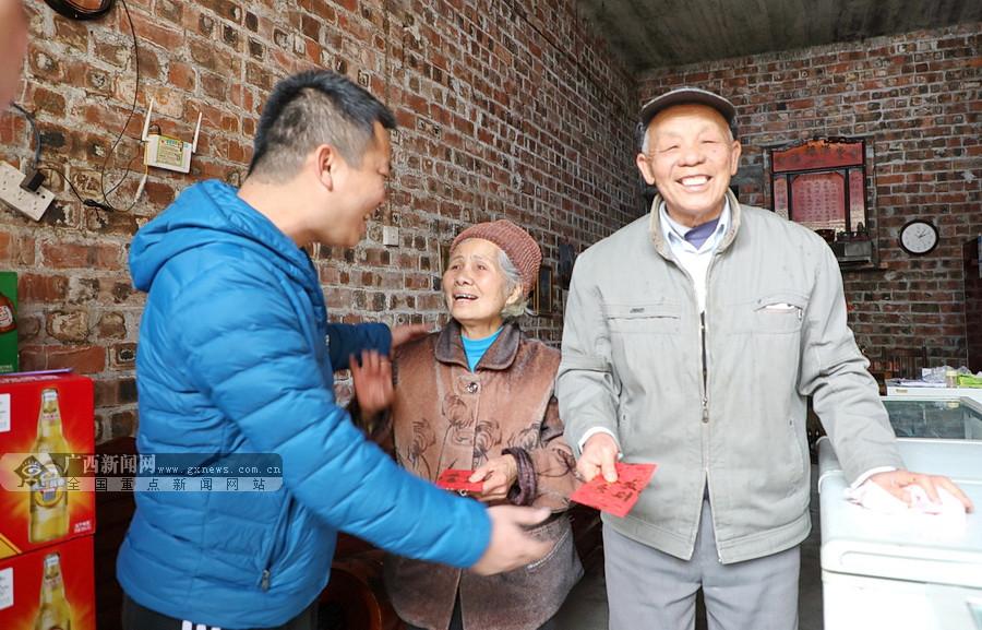 大化眼圩街:年轻人自发筹钱慰问老人和困难户