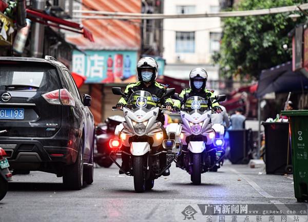 """南宁市公安局南湖分局""""铁骑""""巡逻队正在巡逻。广西新闻网通讯员王勇 摄"""