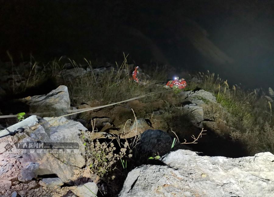 广西靖西:皮卡车坠下百米悬崖 消防紧急营救