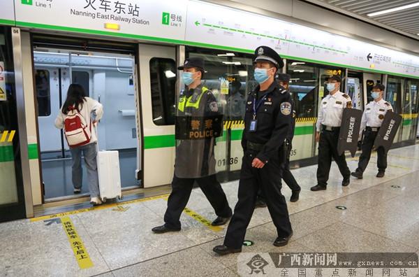 民警在地铁站台巡逻。南宁市公安局供图