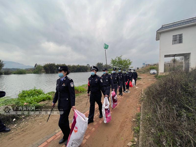 保护母亲河 贺州民警开展学雷锋志愿服务活动