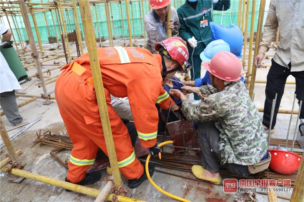 惊心!防城港东兴一男子施工不慎,被钢筋插进肚子