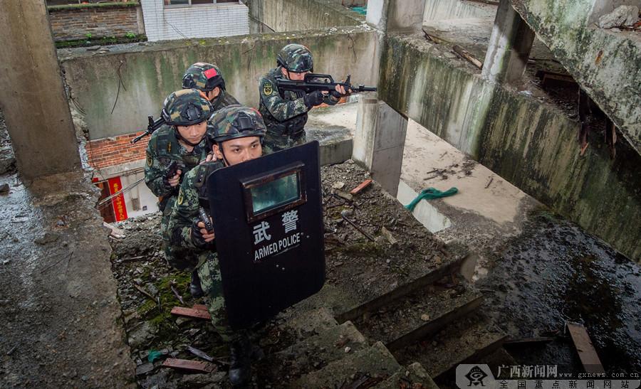 广西贵港:武警官兵野外实战训练锤炼打赢本领