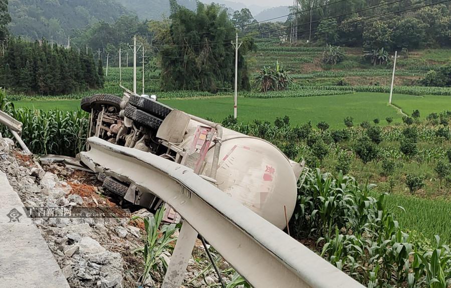 大化:一水泥罐车失控侧翻撞坏防护栏(图)