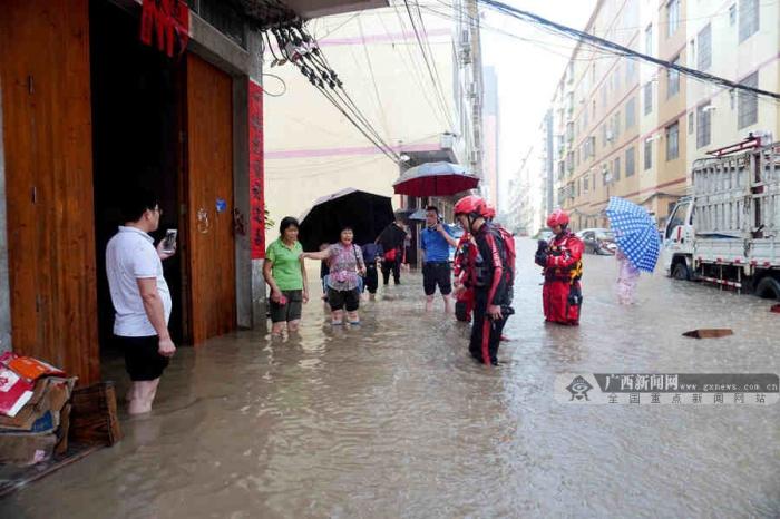 暴雨驟降致嚴重內澇 貴港消防緊急轉移3名老人