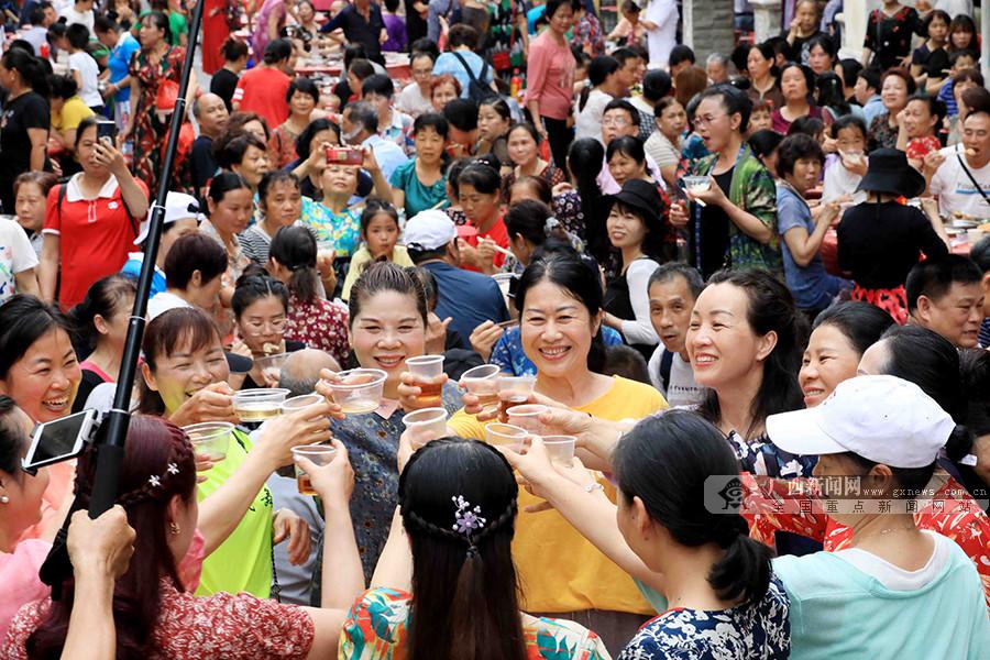 高清图集:广西融安百年骑楼老街举行长街宴