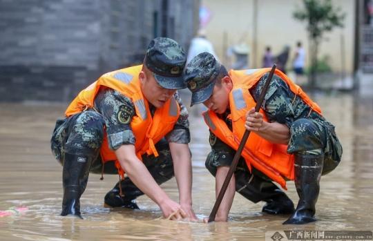 柳州洪峰过境 武警官兵紧急出动