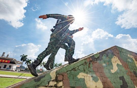 南宁:武警特战队员开展夏季大练兵活动