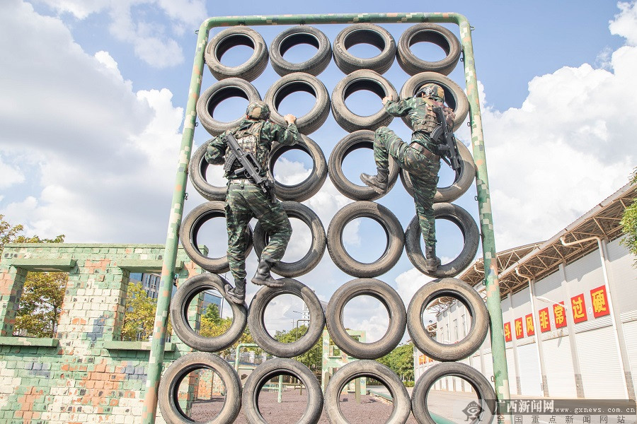 广西南宁:武警特战队员开展多课目强化训练