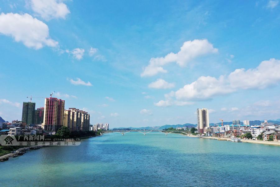 高清:蓝天白云下蜿蜒曲折 夏日融江碧绿如玉带