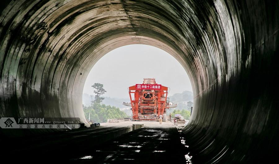 贵南高铁环江思恩镇至水源镇长11.3公里主体工程贯通