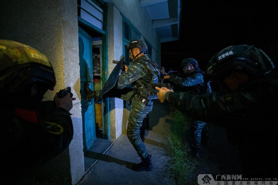 柳州:武警特战队员开展夜间反恐演练