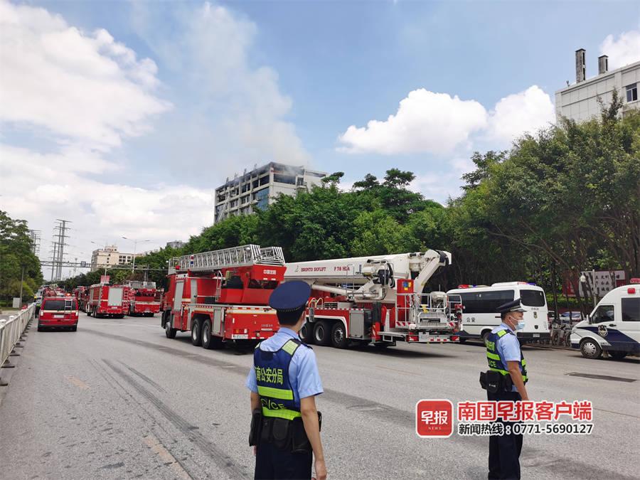 南宁壮锦大道一酒店突发大火,现场浓烟滚滚