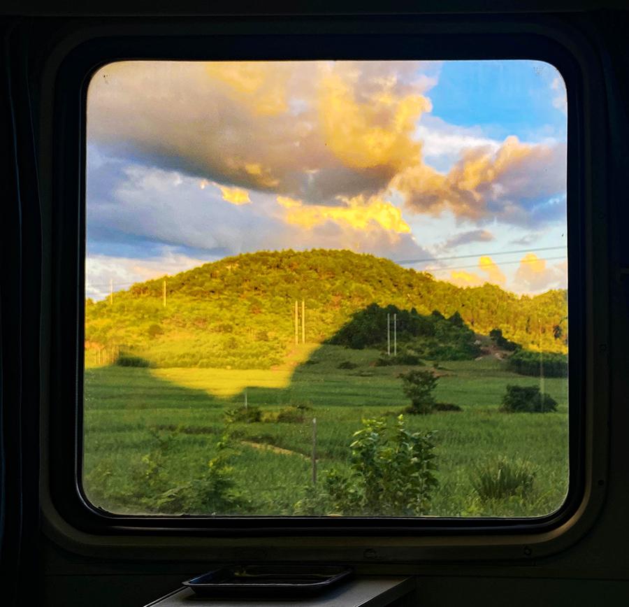 在广西坐高铁别玩手机!不然你会错过许多窗外美景