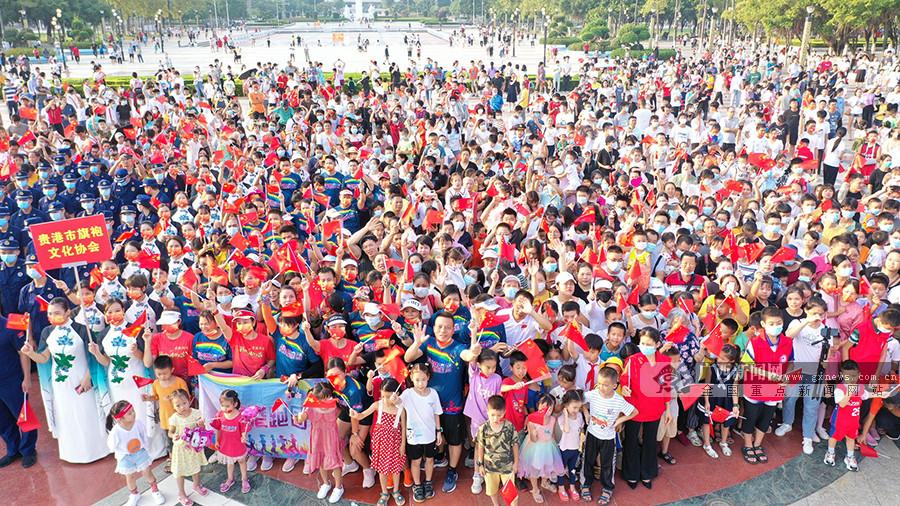 高清组图:贵港市举行国庆升旗仪式 市民到场观礼
