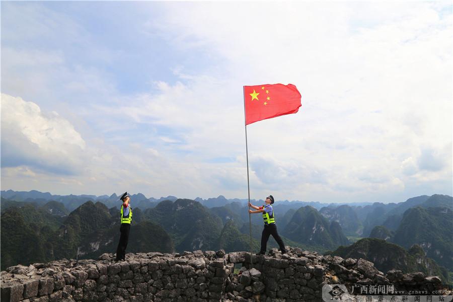 大新:边境线上国旗红(组图)