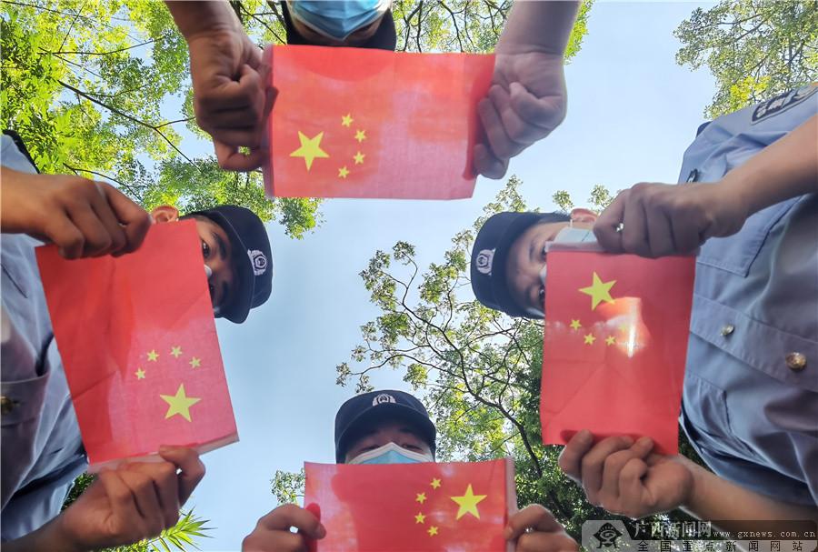 """爱店边检站开展""""我在边境与国旗合影""""活动"""