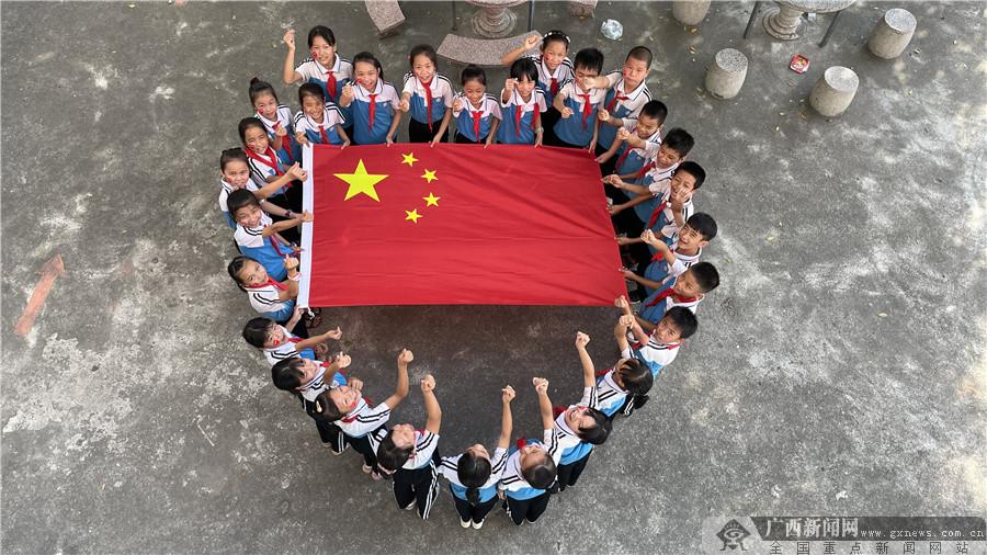 """灵山县开展""""与国旗合影 向祖国表白""""活动"""