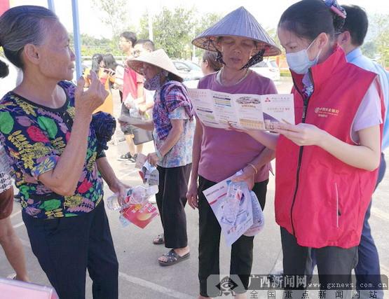 农行东兴市支行开展反假币宣传